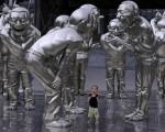 Niño entre esculturas